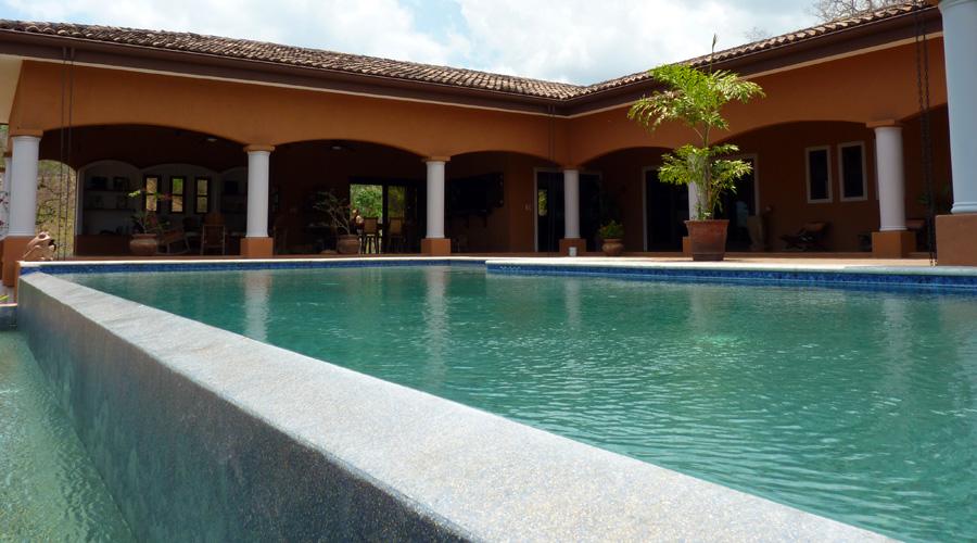 Costa rica immobilier le belv d re belle et imposante for Villa piscine debordement